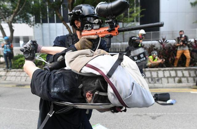 [글로벌 포토]충격의 홍콩 시위.. 경찰, 체포한 시위자 인간방패나 총 거치대로