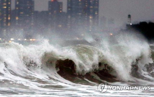제18호 태풍 미탁 피해 속출...기물 파손·정전·침수 잇따라