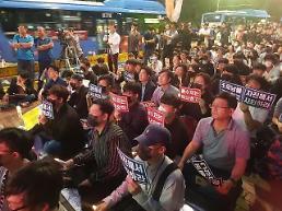 """.[现场] 烛光示威的保守青年""""对曹国失望"""" 大学生集会中也出现了很多中老年阶层."""