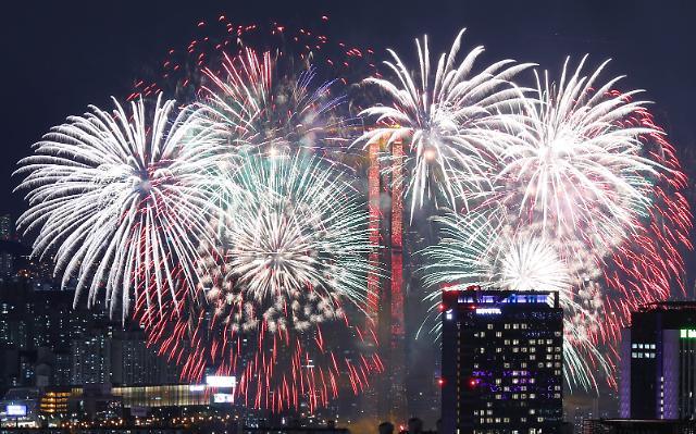 [슬라이드 화보] 서울 밤하늘 수놓은 화려한 여의도 불꽃축제...2019 서울세계불꽃축제