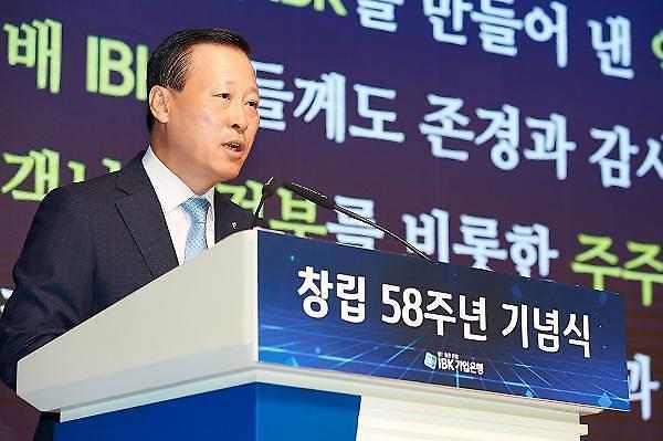 동반자 금융 위한 김도진의 대면-비대면 투트랙 전략