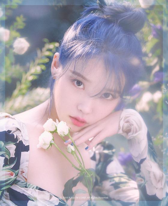 아이유, 11월 컴백…몽환적 분위기, 콘셉트 엿보기