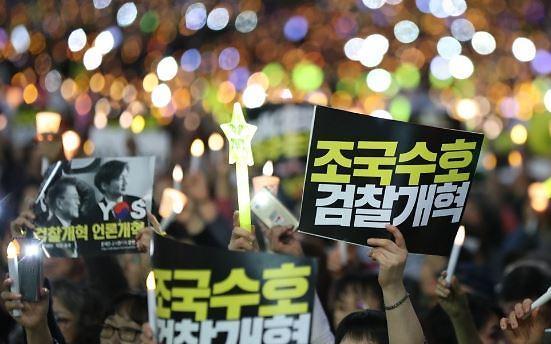 """검찰개혁 대규모 촛불집회… """"아이들에게 좋은 세상 선사해야"""""""
