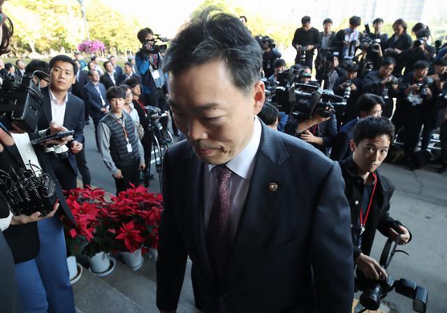 [포토] 청사 들어서는 김오수 차관