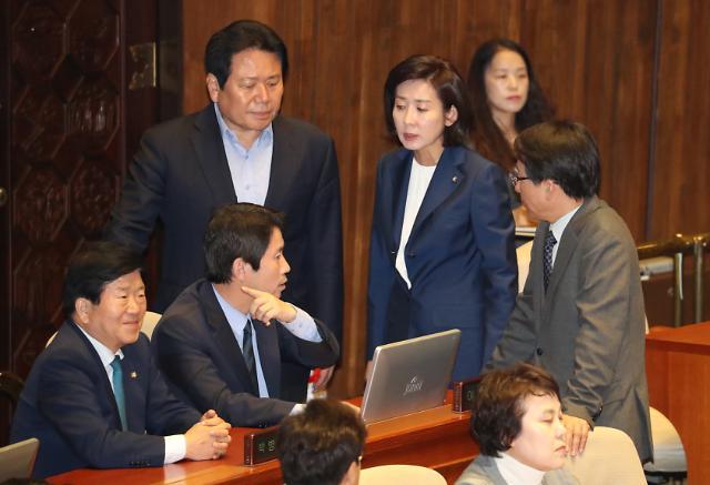 조국 사퇴 후폭풍…여야 중도층 민심잡기 총력전