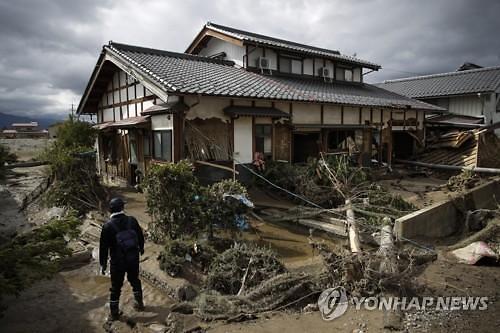 日, 살인적 태풍에도 노숙자 문전박대 논란
