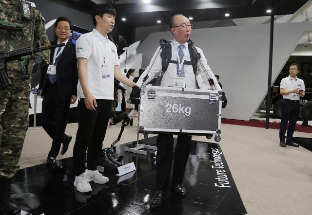 [서울 아덱스 2019] LIG넥스원, 근력증강로봇 시현