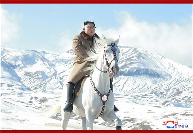 김정은, 백마타고 백두산·삼지연군 찾은 속내는?…美 향한 메시지가?