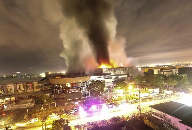 [포토] 필리핀 지진으로 불타는 쇼핑몰