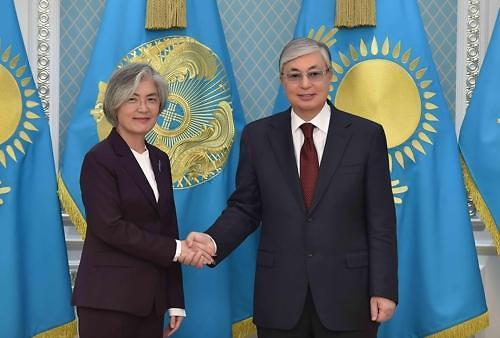 韩国外长康京和拜会哈萨克斯坦总统托卡耶夫