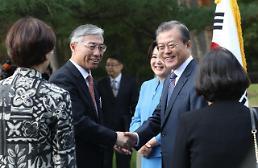 .文在寅握手中国驻韩大使.