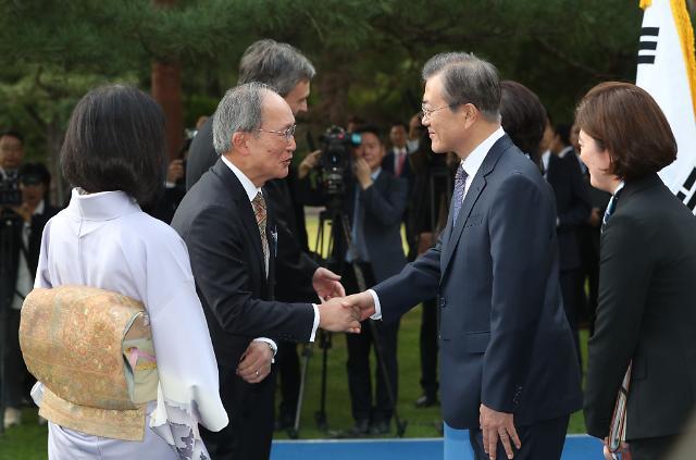 [포토] 문 대통령, 주한일본대사와 인사