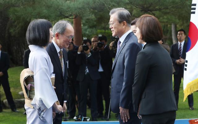 文대통령, '한반도 비핵화' 국제사회 협조 당부…日대사와 '2분 20초' 대화