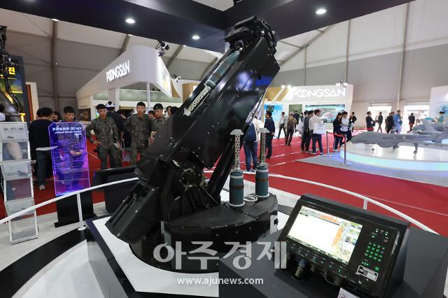 [포토] 현역 군인들도 반한 KM120 박격포체계 (서울 ADEX 2019)