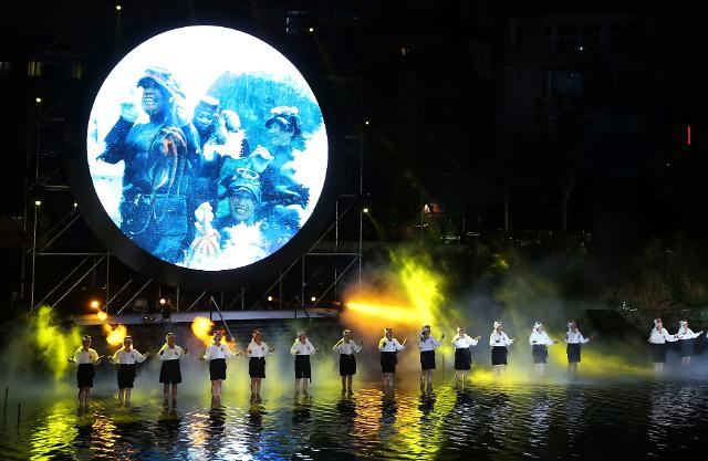 [포토] 제주 산지천 비추는 문화의 달