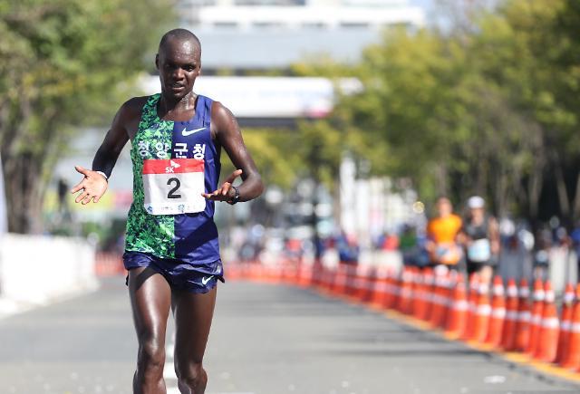 [포토] 귀화 마라토너 오주환 경주 마라톤서 올림픽 기준 통과