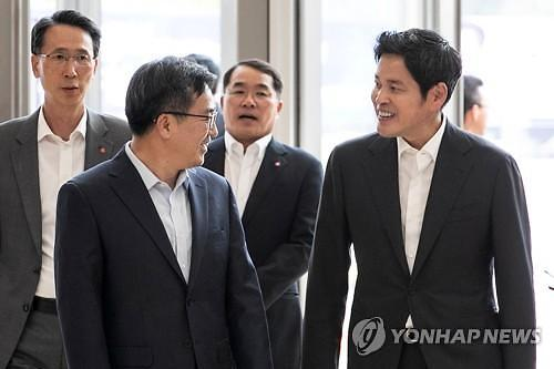 [초점] 정용진, '6년간 한솥밥' 이갑수 이마트 사장 등 11명 교체, 왜?