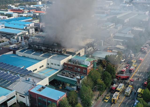 [포토] 인천 남동공단 자동차 부품공장서 불…소방 대응 2단계 발령