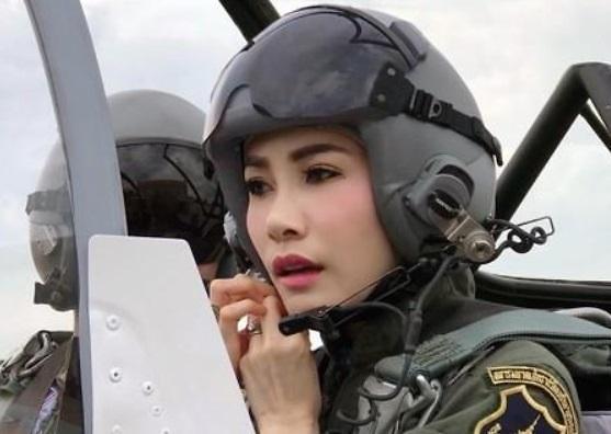 태국 국왕, 33세 연하 배우자 지위 박탈 반항해서