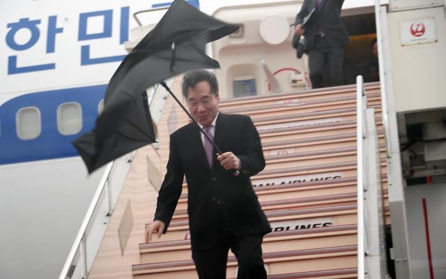 韩总理雨伞被风吹断 韩媒:正如当下韩日关系