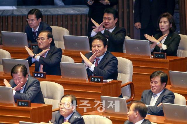 [포토] 文대통령 공수처 발언에 엑스(X)표시하는 자유한국당 의원들