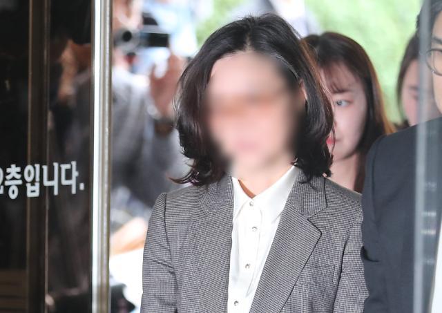 [슬라이드 화보] 정경심 교수 영장실질심사 출석, 얼굴은 모자이크 처리…구속여부 밤늦게 결정