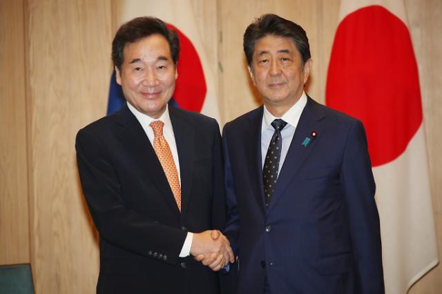 [포토] 아베 총리와 악수하는 이낙연 총리