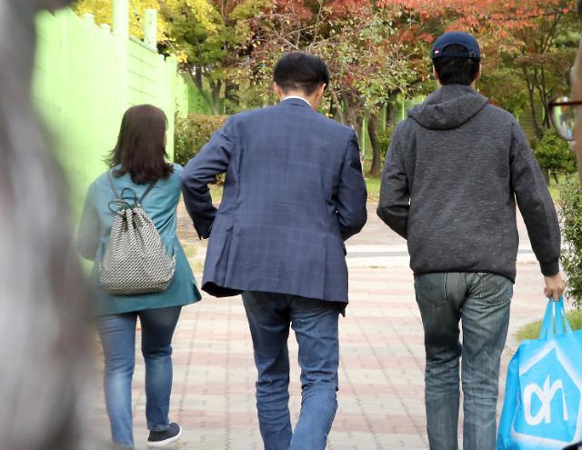 [슬라이드 화보] 정경심 구속 첫날 아들과 함께 구치소 면회 간 조국