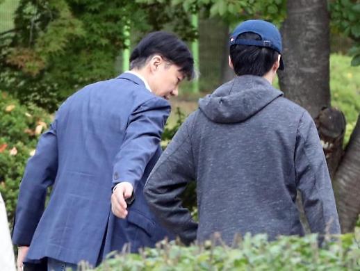 [광화문갤러리] 조국, 아들과 함께 부인 정경심 구속 첫날 면회