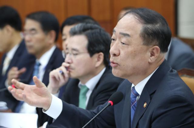 """홍남기 """"경제성장률 2% 달성 위해 재정·정책 역량 집중"""""""