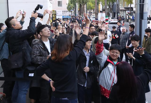"""아이폰11 한국 상륙… 출시 첫날 소감은 """"카메라에 만족"""""""