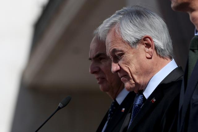 대규모 시위 칠레, 비상사태 해제키로…대통령 전면 개각 약속