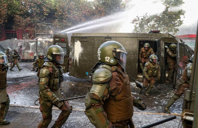 APEC 취소에도 칠레 반정부 시위 격화…민심 활활