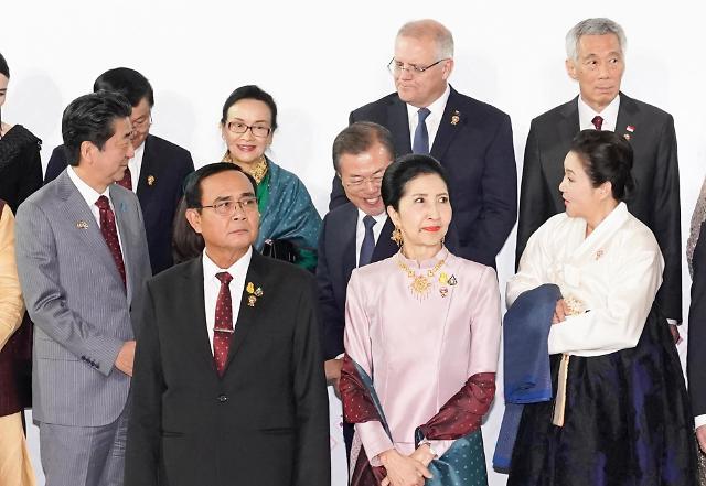 日媒:韩日领导人微笑握手 过程仅持续几秒