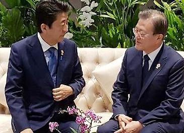 Tổng thống Moon và Thủ tướng Abe tổ chức cuộc trò chuyện riêng biệt 11 phút tại Bangkok