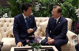 .从短暂握手到11分钟单独会谈 文在寅与安倍是否在想办法改善韩日关系.