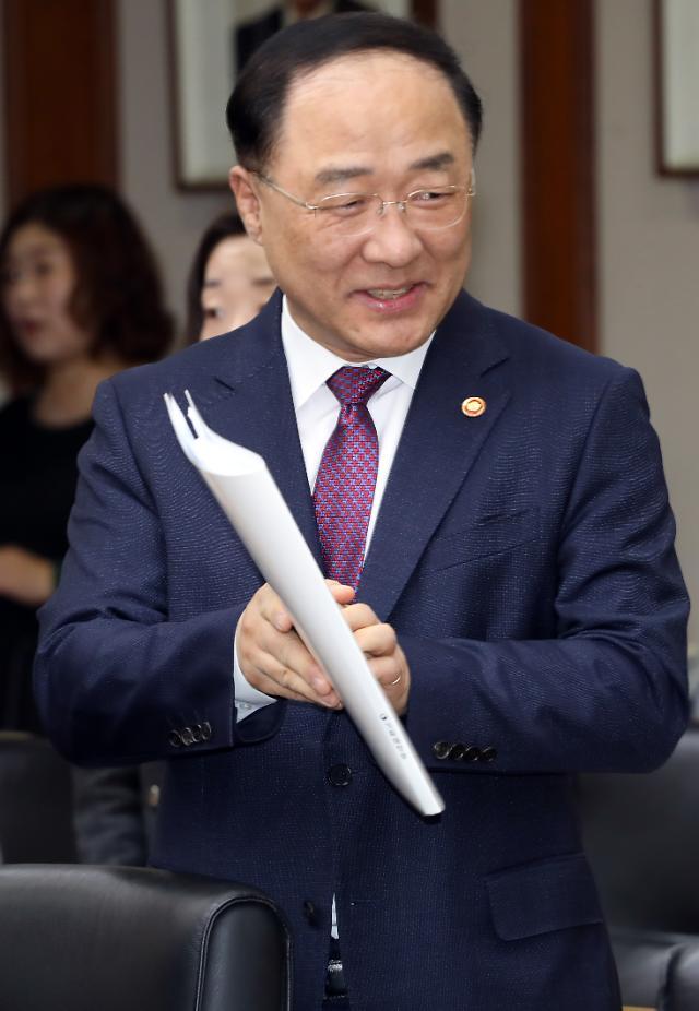 """홍남기 """"2022년까지 군 상비 병력 8만명 감축, 교원 수도 조정"""""""