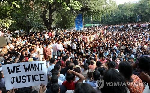 인도 뉴델리서 경찰 수천 명 거리로…정의·신변 보호 요구 시위