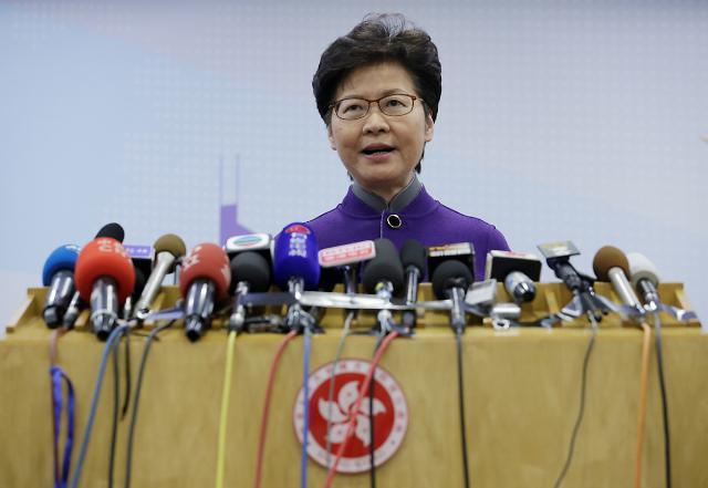 중국, 홍콩에 당근과 채찍 양면전술
