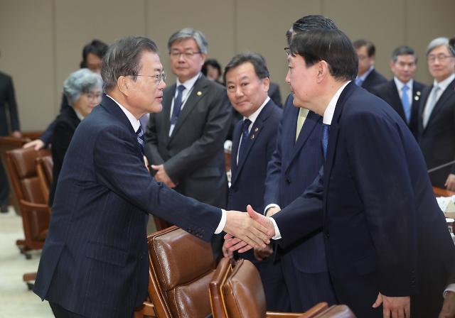 [포토] 윤석열 검찰총장과 악수하는 문재인 대통령