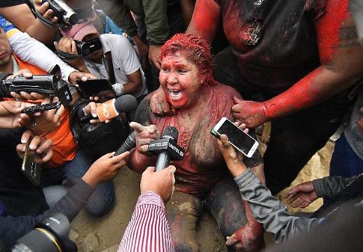 [광화문갤러리] 볼리비아 반정부 시위대, 여당소속 여시장 몸에 페인트 붓고 강제 삭발까지