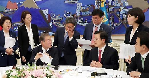 文在寅总统10日与朝野5党代表在青举行晚宴吊唁母亲丧事