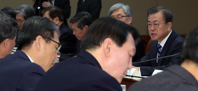 조국 사태 후 처음 만난 文대통령·윤석열...말없이 악수
