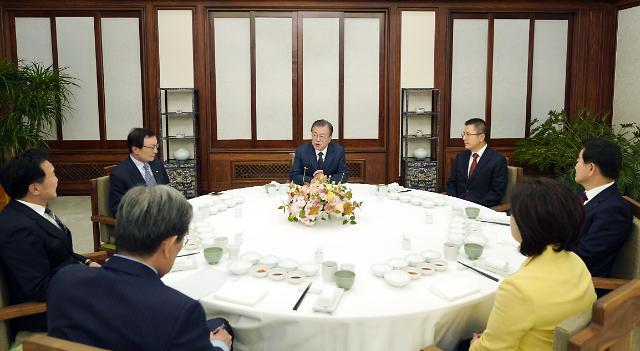 문재인 대통령 전반기 지지율 44.5%…4.2%P 차로 격차 좁힌 민주·한국당