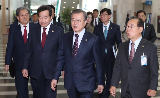 "PK 찾은 文대통령, 한·아세안 띄우기…""新남방정책 중간 결산"""