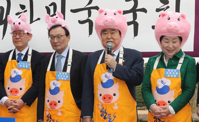 """문희상 """"돼지 문제에 관해선 돼지가 앞장서야 돼지(되지)?"""""""
