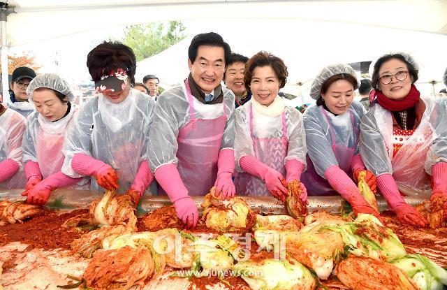 [포토] 이웃사랑 김장김치 담그는 안병용 의정부시장 내외