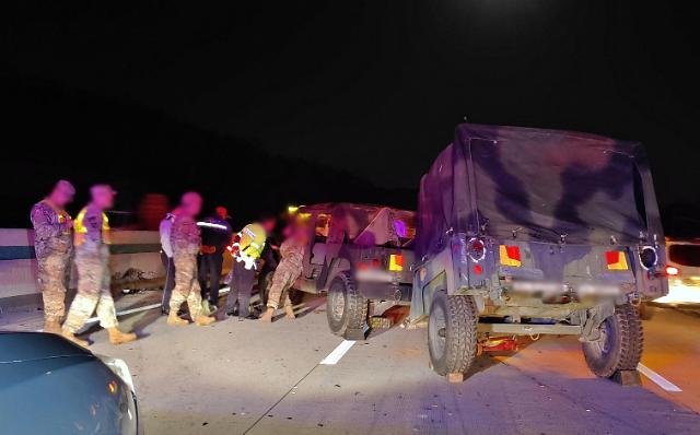 韩一货车与驻韩美军悍马车相撞 3名美军受伤