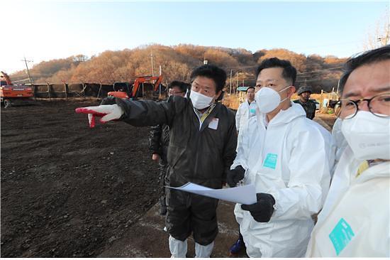 """김현수 장관 """"돼지 침출수, 수질 문제없다""""...지하수 오염 우려 여전"""