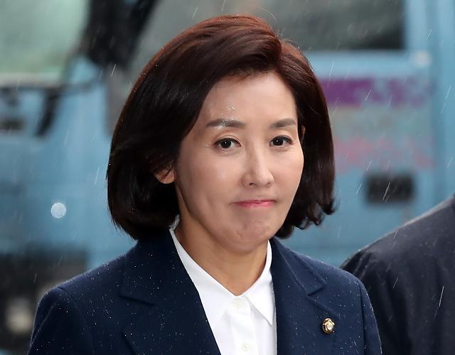 한국당 지도부 패스트트랙 고발된 의원 달래기 나서